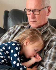 Abuelo dormido con nieta